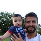 Gerard Piqué muy sonriente con su hijo Milan