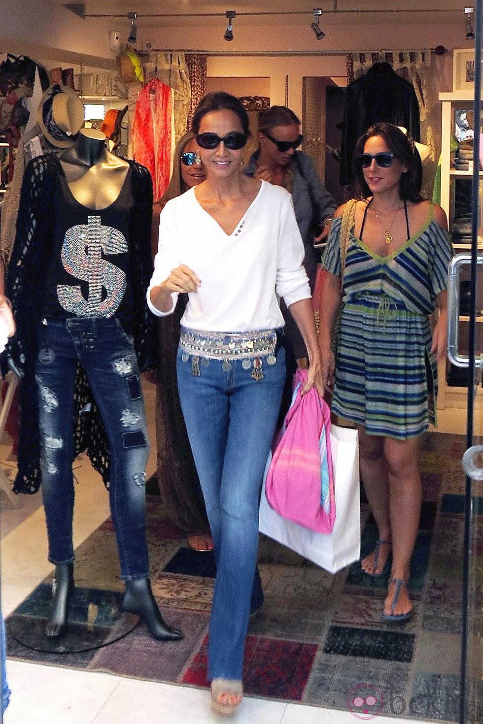 Isabel Preysler y Tamara Falcó salen de una tienda de Ibiza