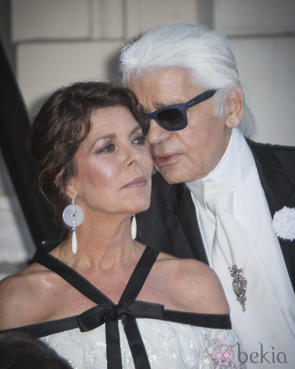 Karl Lagerfeld habla al oído a Carolina de Mónaco en 'El Baile del Amor'
