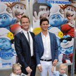 Neil Patrick Harris, David Burtka y sus hijos en la premiere de 'Los Pitufos 2' en Los Angeles