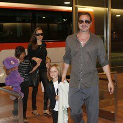 Angelina Jolie, Brad Pitt y sus hijos a su llegada al aeropuerto de Tokio