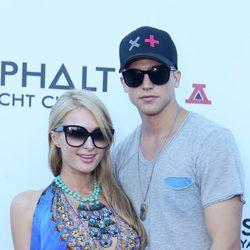 Paris Hilton y River Viiperi en la fiesta de inauguración del Asphalt Yacht Club