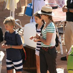 La Infanta Elena, Victoria de Marichalar y Miguel Urdangarín en el club náutico de Cala Nova en Mallorca