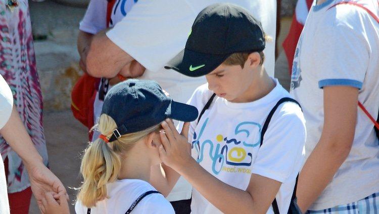 Pablo Urdangarín, muy cariñoso con su hermana Irene en el club náutico de Cala Nova en Mallorca