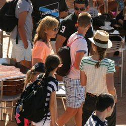 Las Infantas Elena y Cristina con sus hijos en el club náutico de Cala Nova en Mallorca