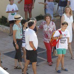 La Infanta Elena, la Reina Sofía y sus nietos en el club náutico de Cala Nova en Mallorca
