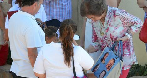 La Reina Sofía enseña el bolso con la cara de sus nietos