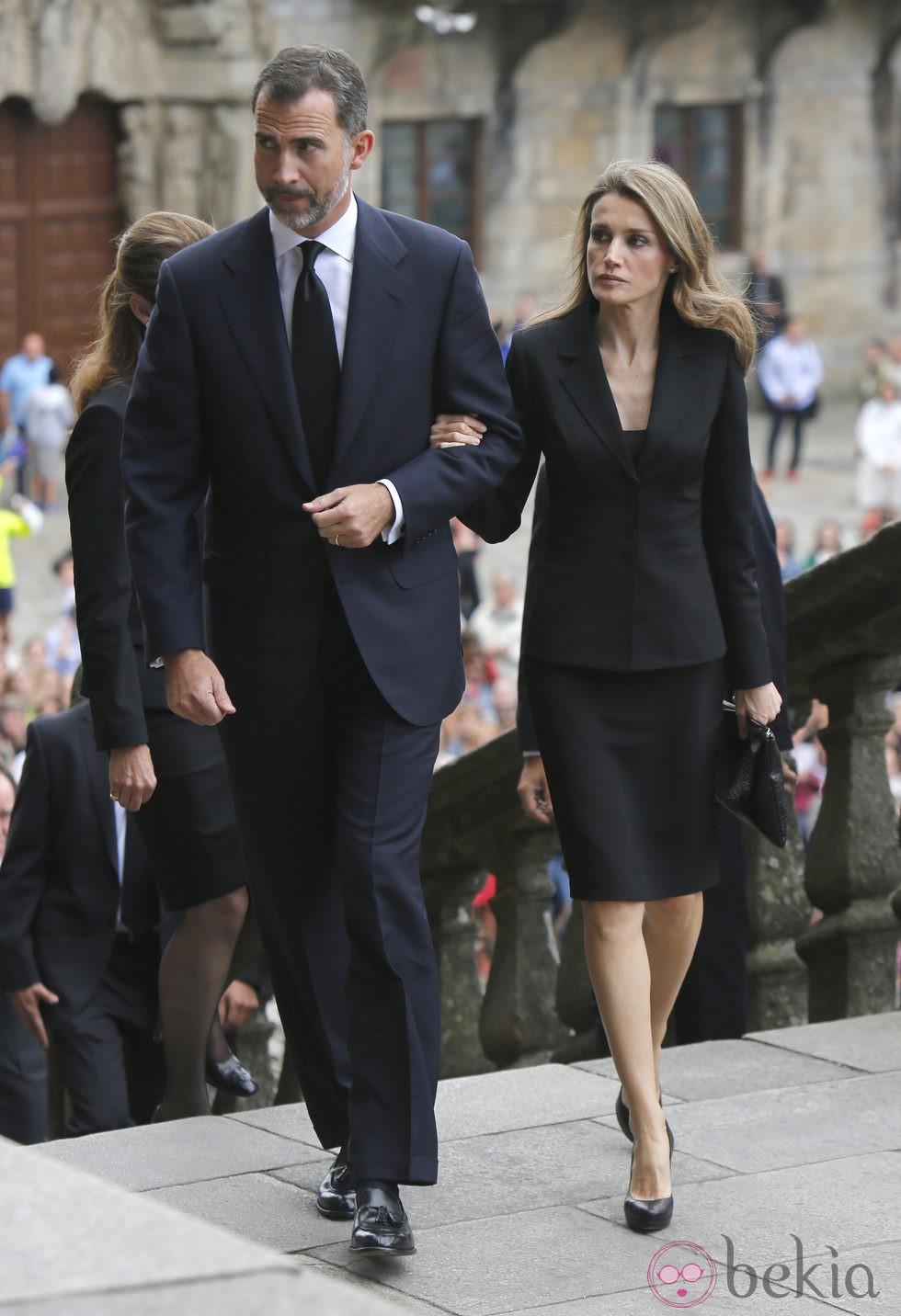 El Príncipe Felipe y la Princesa Letizia en el funeral por las víctimas del tren de Santiago