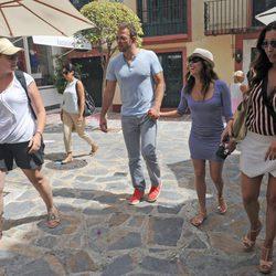 Eva Longoria y Ernesto Arguello pasean por Marbella con María Bravo