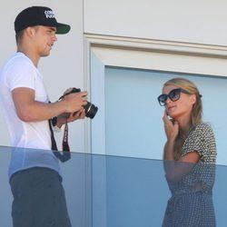Paris Hilton y River Viiperi en el balcón de su hotel en Ibiza