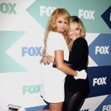 Paulina Rubio y Demi Lovato abrazándose en la Fiesta de Verano de la Fox 2013