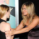 Jennifer Aniston agarra a Emma Roberts en el estreno de 'Somos los Miller' en Nueva York