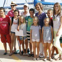 La Reina Sofía, la Princesa Letizia y la Infanta Elena junto a los ocho nietos del Rey