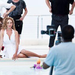 Uma Thurman con un vestido blanco para el calendario de Campari 2014