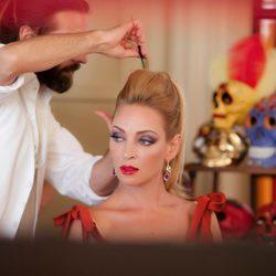Uma Thurman peinándose para el calendario de Campari 2014