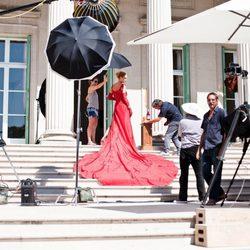 Uma Thurman con un vestido rojo para el calendario de Campari 2014