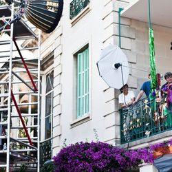 Uma Thurman asomada al balcón para el calendario de Campari 2014