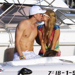 Paris Hilton y River Viiperi besándose durante sus vacaciones románticas en Ibiza
