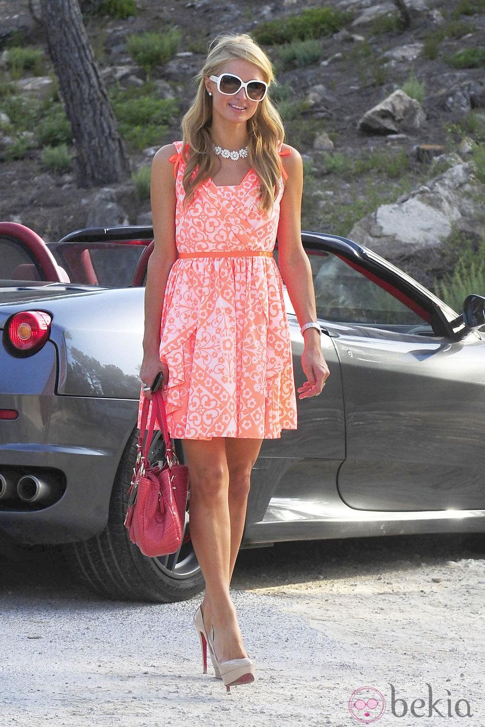 Paris Hilton paseándose en Ibiza