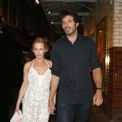 Kylie Minogue y Andrés Velencoso cogidos de la mano por las calles de Londres