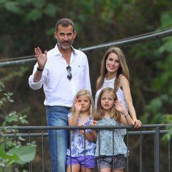 Los Príncipes de Asturias y sus hijas saludan en la Granja de Esporles de Mallorca