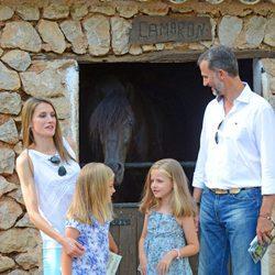Los Príncipes de Asturias y sus hijas con un caballo en la Granja de Esporles de Mallorca