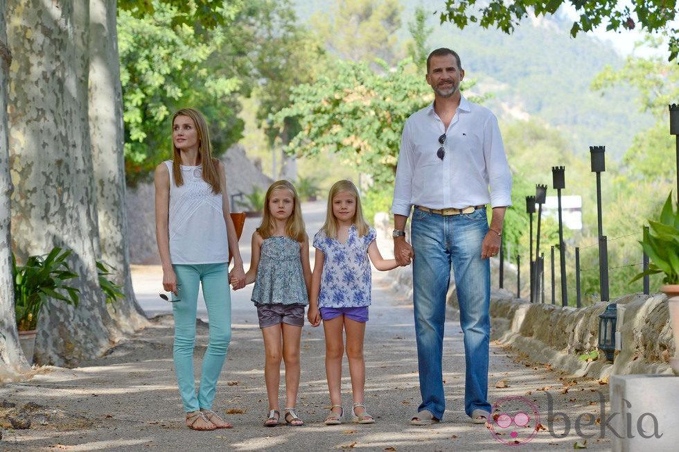 Los Príncipes de Asturias y las Infantas Leonor y Sofía a su llegada a la Granja de Esporles de Mallorca