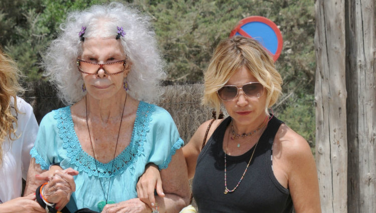 La Duquesa de Alba y Eugenia Martínez de Irujo paseando por Ibiza