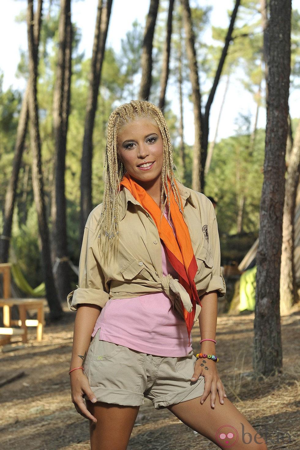 Gaby Sánchez posando como exploradora del 'Campamento de verano' de Telecinco