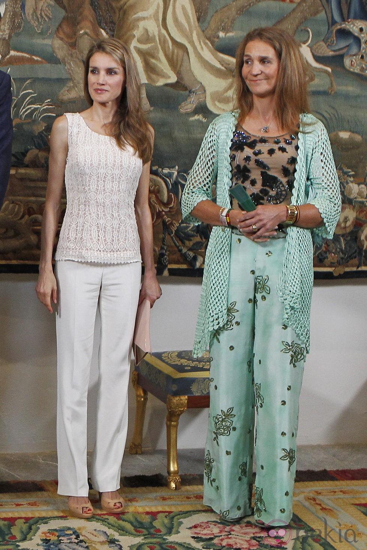La Princesa Letizia y la Infanta Elena en la cena con las autoridades de Baleares
