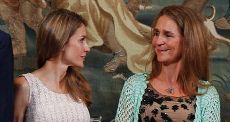 La Princesa Letizia y la Infanta Elena charlando en la cena con las autoridades de Baleares