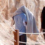Leonardo DiCaprio se esconde de la prensa bajo una toalla en Ibiza