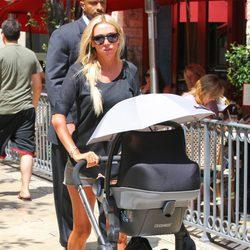 Petra Ecclestone paseando a su hija Lavinia en Los Ángeles