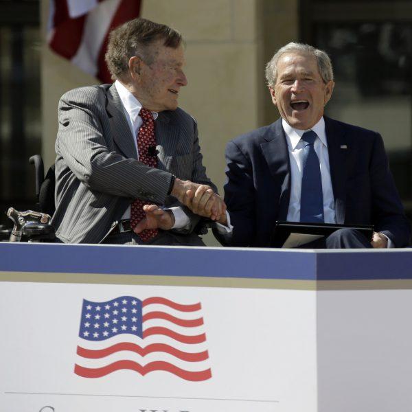 george bush da la mano a su sonriente hijo george w bush