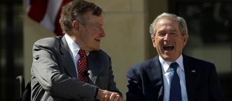 George Bush da la mano a su sonriente hijo George W. Bush