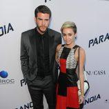 Miley Cyrus y Liam Hemsworth en la premiere de 'Paranoia' en Los Ángeles