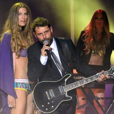 Laura Sánchez sobre la pasarela del desfile 'Cosmic Girls' con David Ascanio cantando