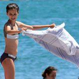 Victoria de Marichalar sacudiendo la toalla en una playa de Sotogrande