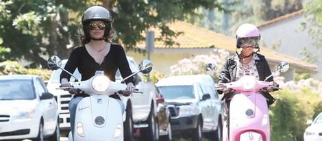Kris Jenner y Khloe Kardashian dan una vuelta en moto