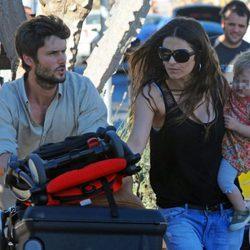 Sergio Mur y Olivia Molina con su hija Vera a su llegada a Ibiza