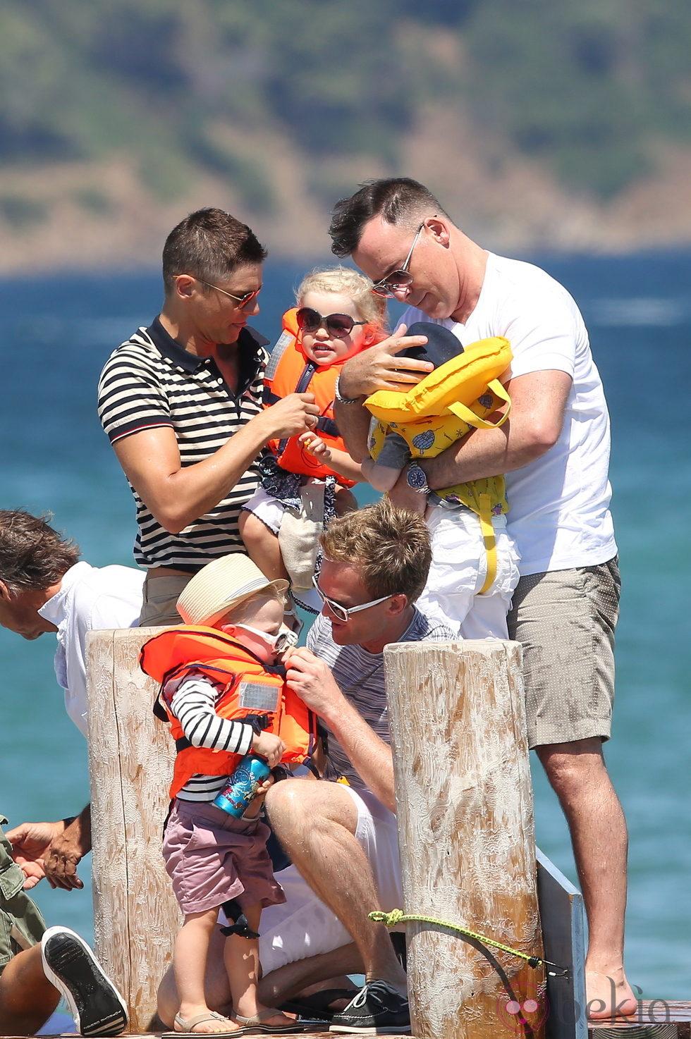 Neil Patrick Harris y David Burtka con sus hijos y David Furnish con los suyos en Saint-Tropez