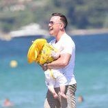 David Furnish con su hijo pequeño en Saint-Tropez