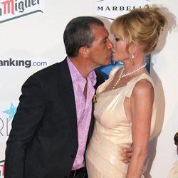 Antonio Banderas y Melanie Griffith besándose en la Starlite Gala 2013
