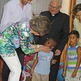La Reina Sofía acaricia a un niño durante su visita a los proyectos de Cáritas Mallorca