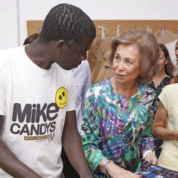 La Reina Sofía charla con un miembro del proyecto 'koluté' de Cáritas Mallorca