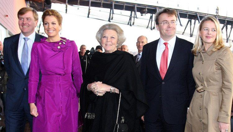 Guillermo y Alejandro, Máxima, Beatriz, Mabel y Friso de Holanda