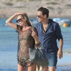 Kate Moss y Jamie Hince en una playa de Formentera
