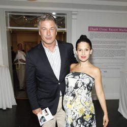 Hilaria Thomas presume de embarazo junto a Alec Baldwin en una fiesta en Nueva York