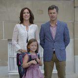 La Princesa Isabel en su primer día de colegio con Federico y Mary de Dinamarca