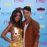 Kevin y Danielle Jonas posando en la alfombra roja de los Teen Choice Awards 2013